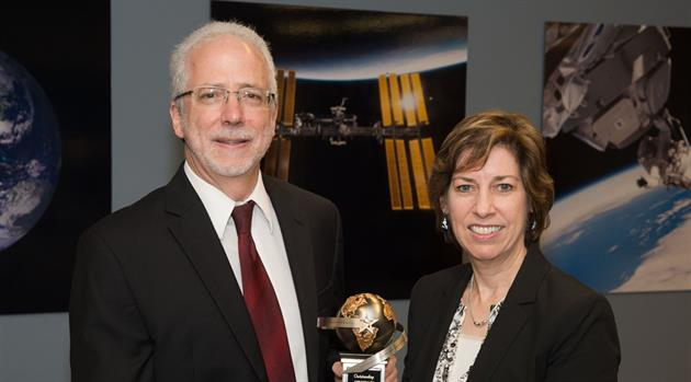 Mark Geyer receives Outstanding Aerospace Engineer award