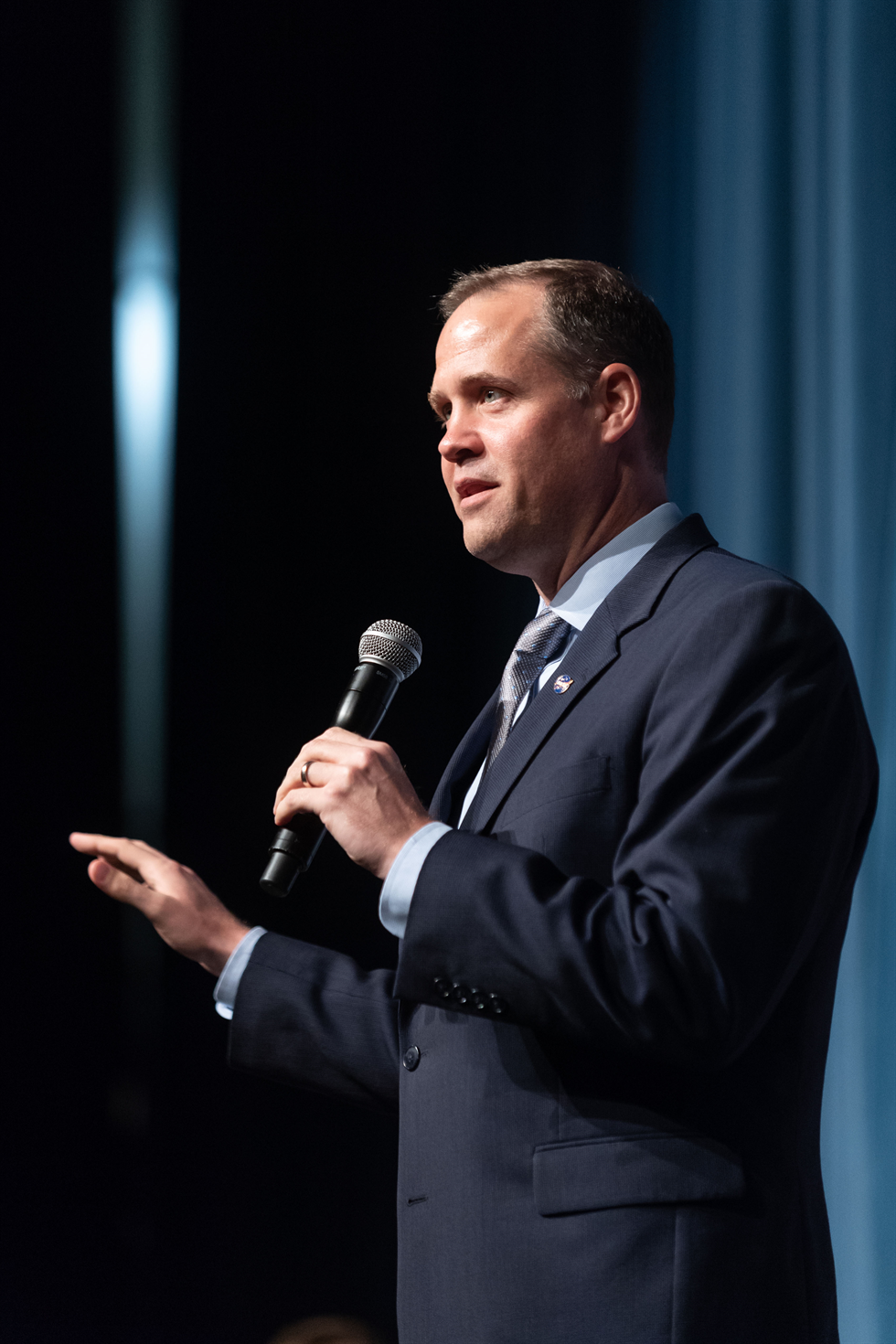 NASA Administrator Jim Bridenstine addresses the Johnson Space Center team for the first time, in person, on Aug. 2. Image Credit: NASA/James Blair